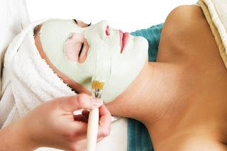 поставяне на маска за лице