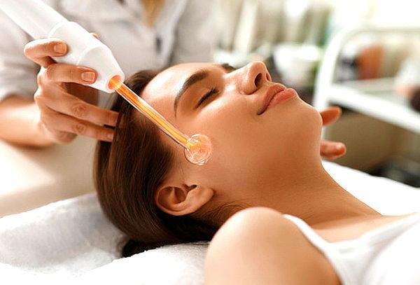 Как козметичният уред Дарсонвал помага на кожата на лицето?